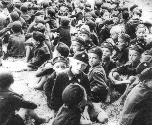 Deca u ustaškim uniformama, koncetracioni logor Jasenovac, NDH.